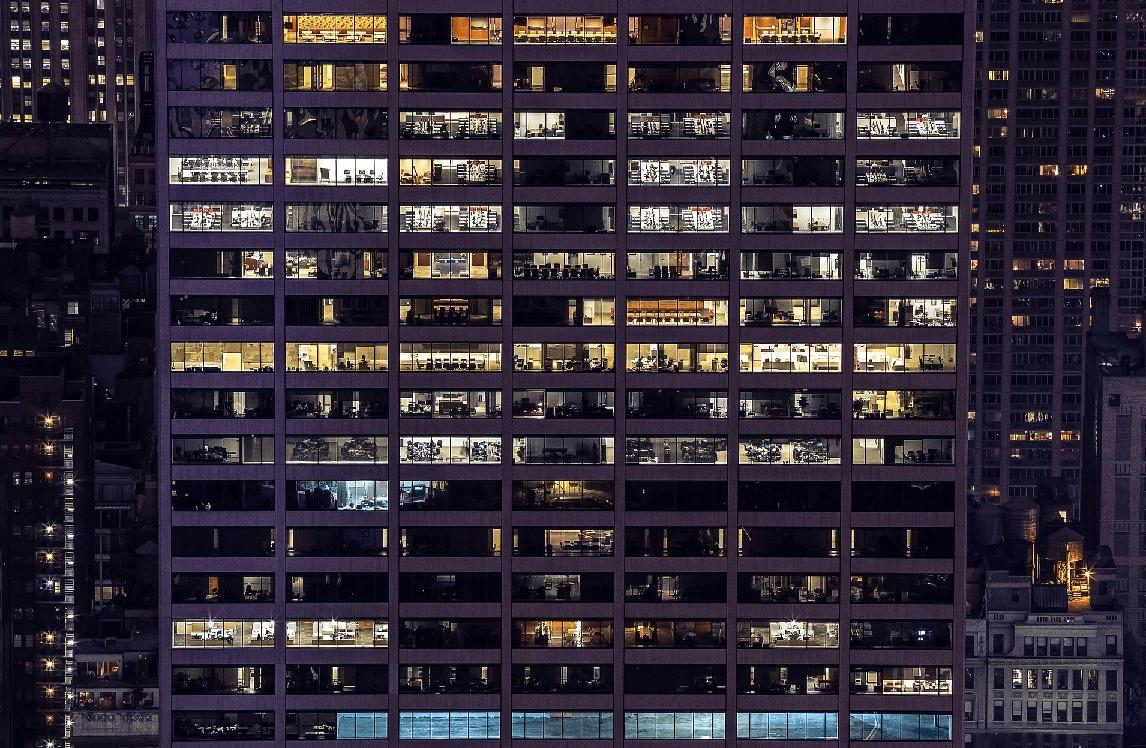 늦은 밤, 불이 켜져 있는 빌딩에는 누가 있을까.