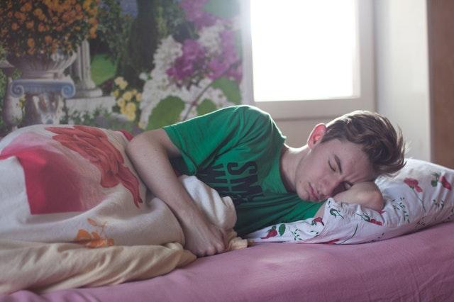 숙면을 위해서는 잠자리에 늦게 누워야 한다? - 수면 효율을 올려주는 수면제한요법
